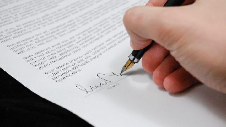 εικόνα ανθρώπου να υπογράφει
